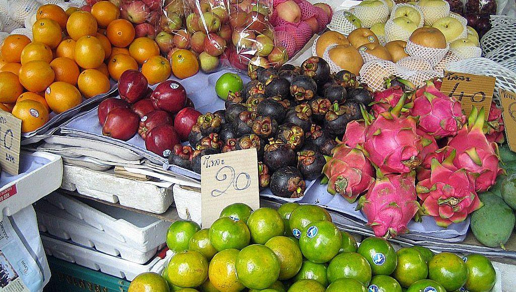 Frukt på fruktmarknad i Thailand.