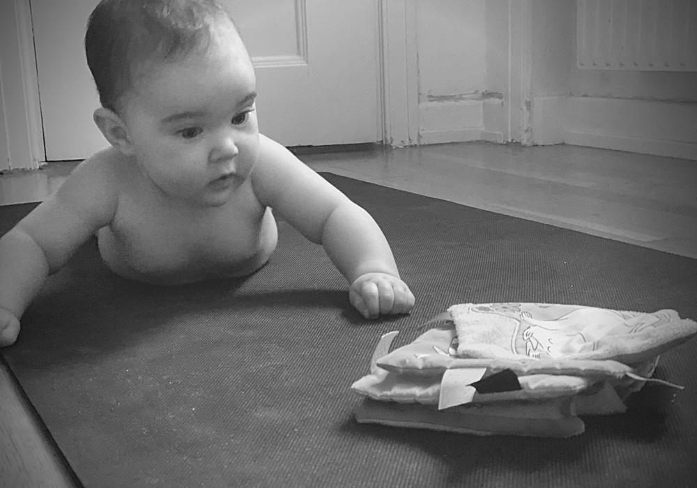 Lära barn krypa hjälpa barn att krypa bebis