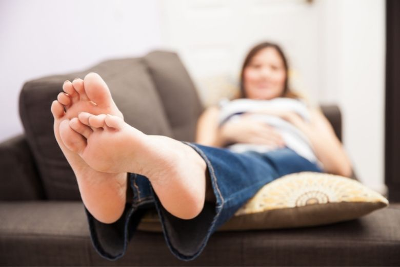 minska svullnad i fötter och ben gravid