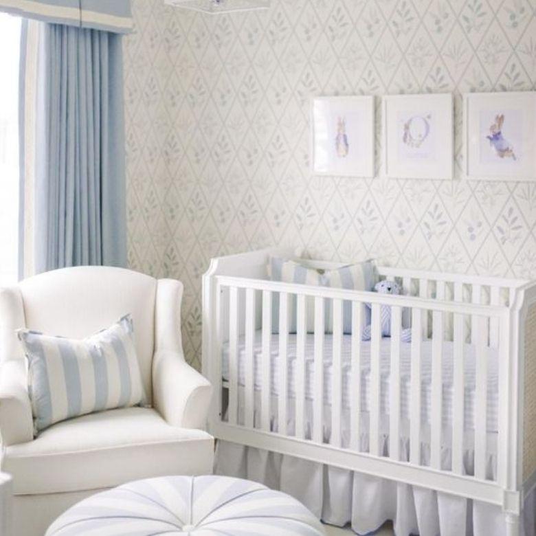 barnrum pojke i vitt och blått spjälsäng och fotölj