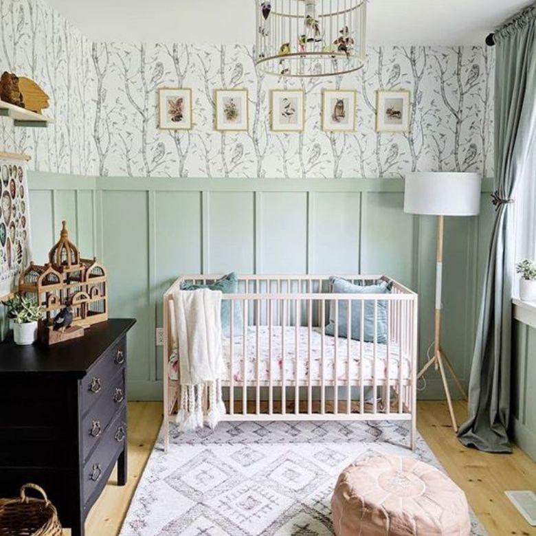barnrum med väggpaneler grönt