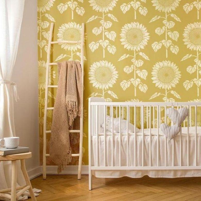 gult barnrum med tapeter